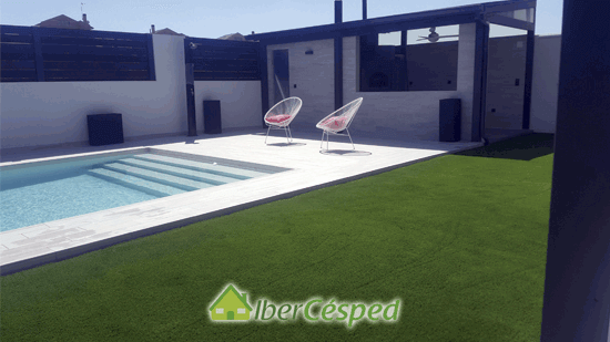 instalando csped en la piscina - Limpiar Cesped Artificial